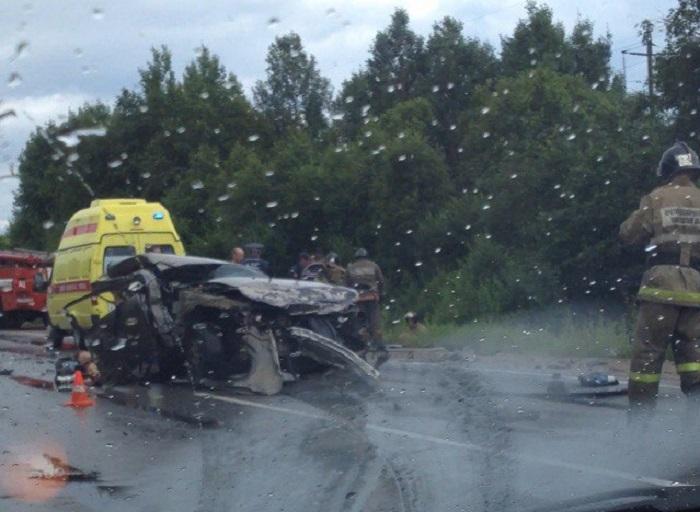 В Череповецком районе столкнулись три автомобиля: погибли четверо, в том числе беременная женщина и ребенок