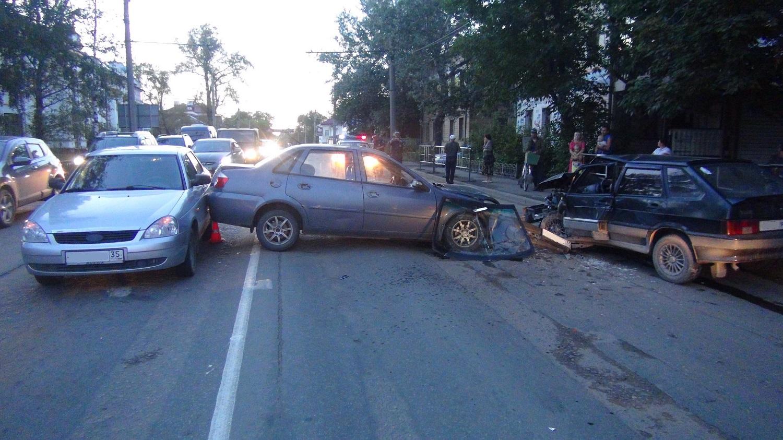 В ДТП с тремя автомобилями в Вологде пострадал 7-летний мальчик