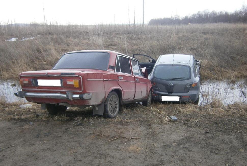 В Белозерске пьяный водитель «Мазды» столкнулся с «ВАЗом» и вылетел в кювет