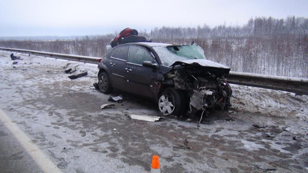 В Грязовецком районе иномарка при обгоне врезалась в ограждение и попала под фуру