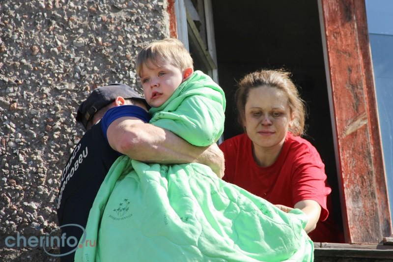 В Череповце из горящего дома спасли ребенка и беременную женщину