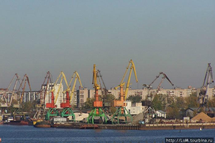 В порту Череповца приставы арестовали здание с душевыми кабинками