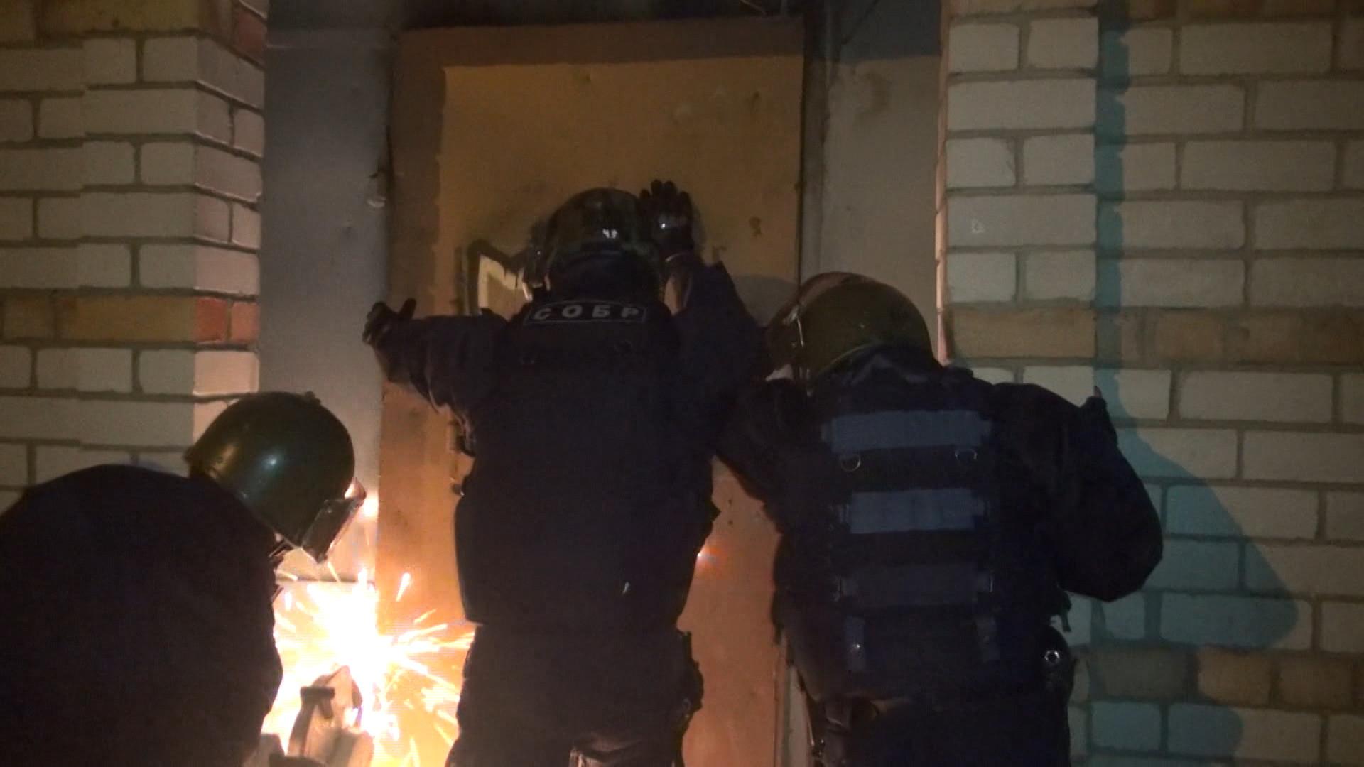 Спецслужбы в Соколе попали в игорный клуб с помощью болгарки