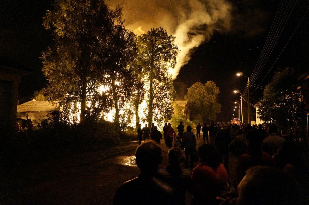 В Тотьме сожгли вовремя не снесенный расселенный дом