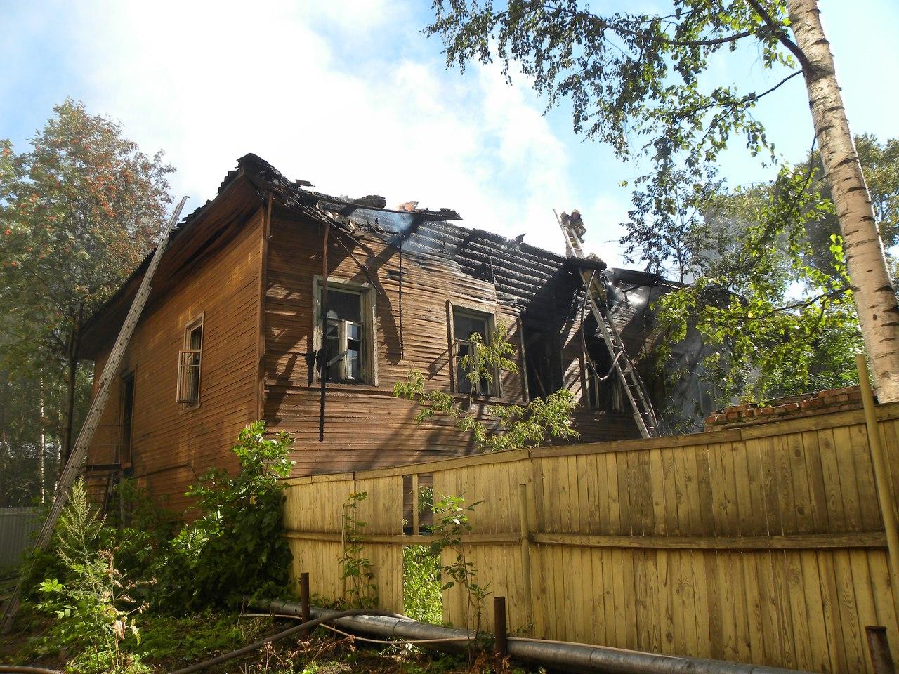 В центре Вологды загорелся деревянный дом