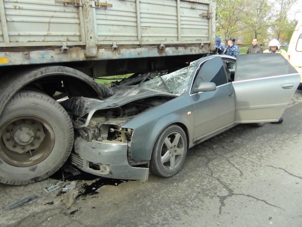 """В Вологде """"Ауди А6"""" врезалась в припаркованный МАЗ: погиб пассажир иномарки"""