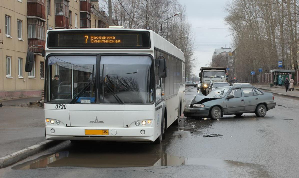 В Череповце «Дэу Нексия» врезалась в пассажирский автобус
