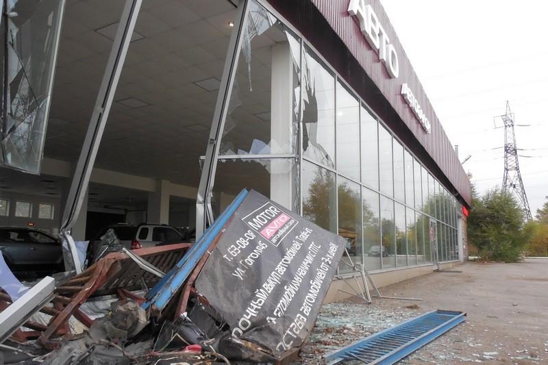 В Череповце пьяный водитель «Nissan X-tral» врезался в автосалон, уходя от погони ДПС