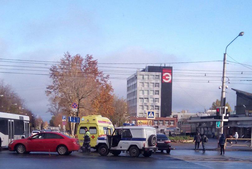 В Череповце полицейский УАЗик, ехавший на вызов, столкнулся с иномаркой