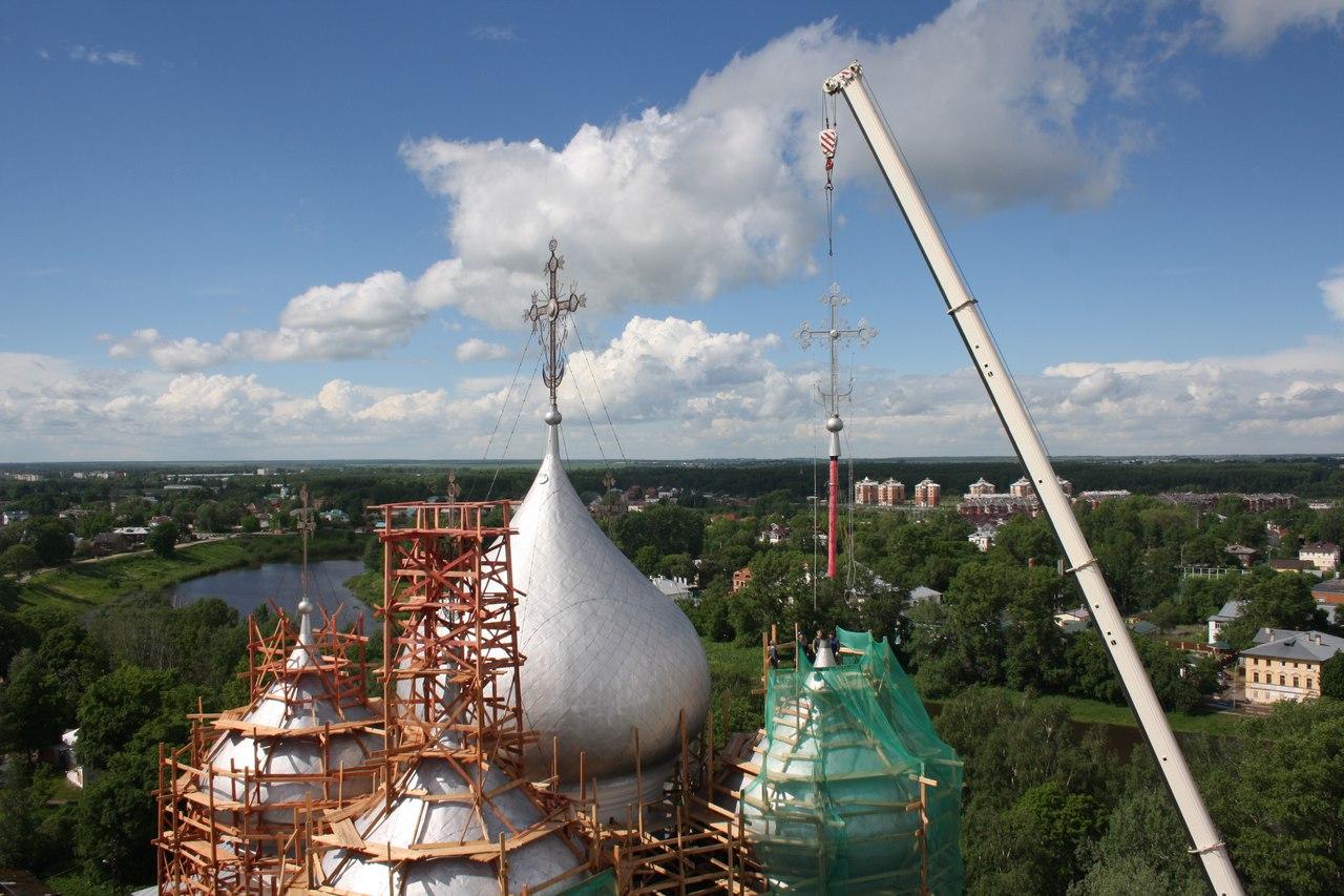 Отреставрированный крест вернули на купол Софийского собора в Вологде
