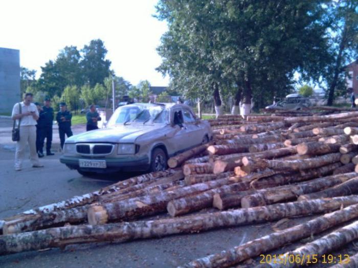 Лесовоз завалил бревнами легковушку в Череповце