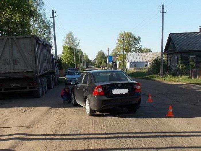 В Чагодощенском районе иномарка сбила ребенка: 4-летняя девочка перебегала дорогу