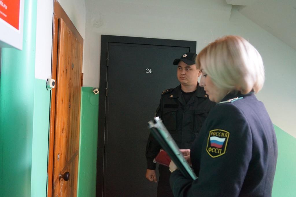 В Вологде в пустой квартире должника приставы арестовали компьютер