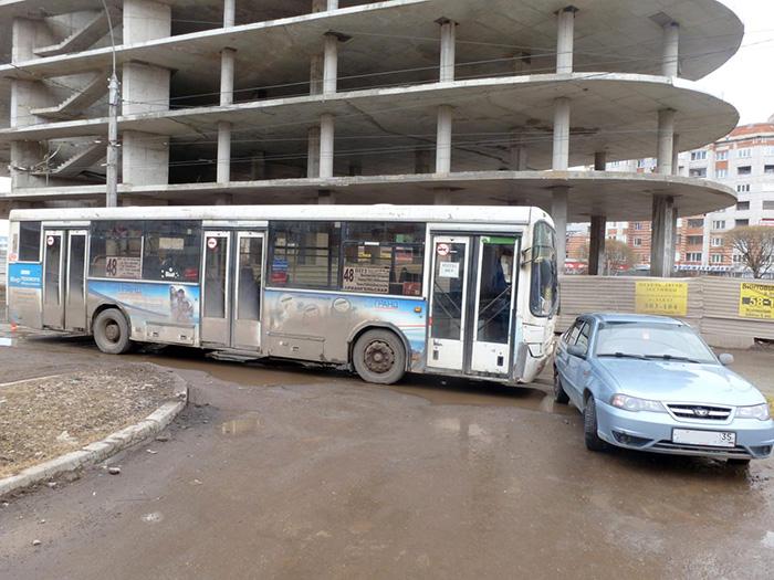 В Вологде женщина-кондуктор упала в автобусе и сломала три ребра