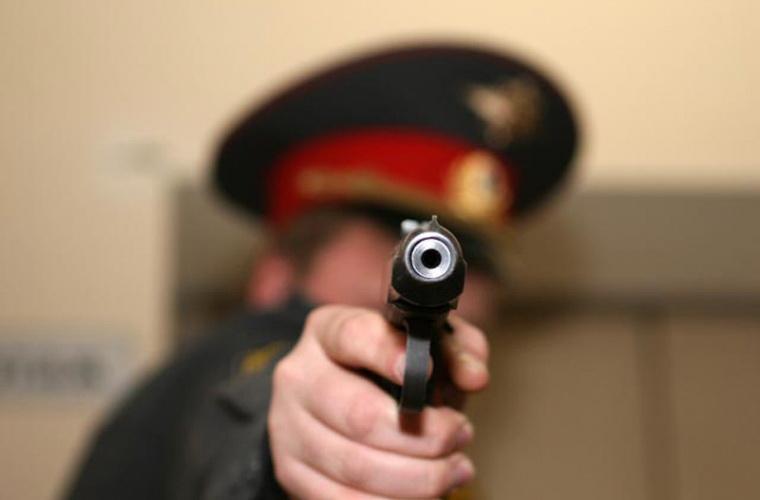 В Никольске участковому пришлось стрелять, чтобы защититься от пьяного мужчины с лопатой