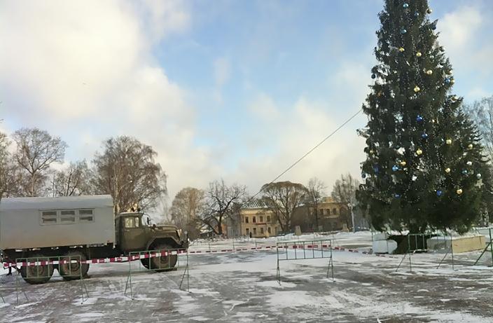 Чтобы елка в центре Вологды не упала, ее привязали к грузовику