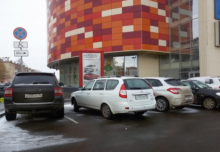 Полицейский и владельцы престижных иномарок избежали наказания за парковку на местах для инвалидов в Вологде