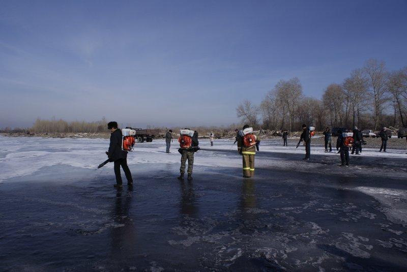 Устюжан, владеющих снегоходами, просят помочь в работах по чернению льда на Сухоне
