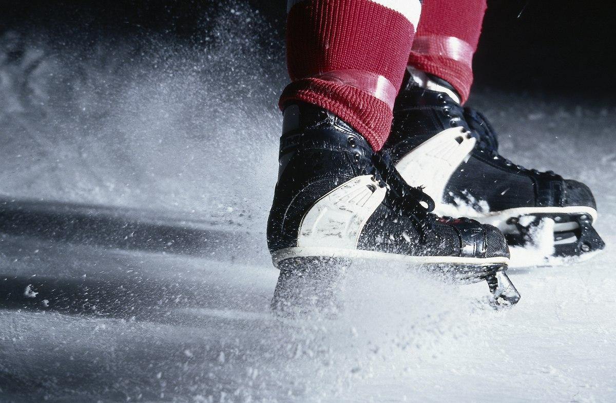 В Череповце спасатели сняли со льда реки конькобежца