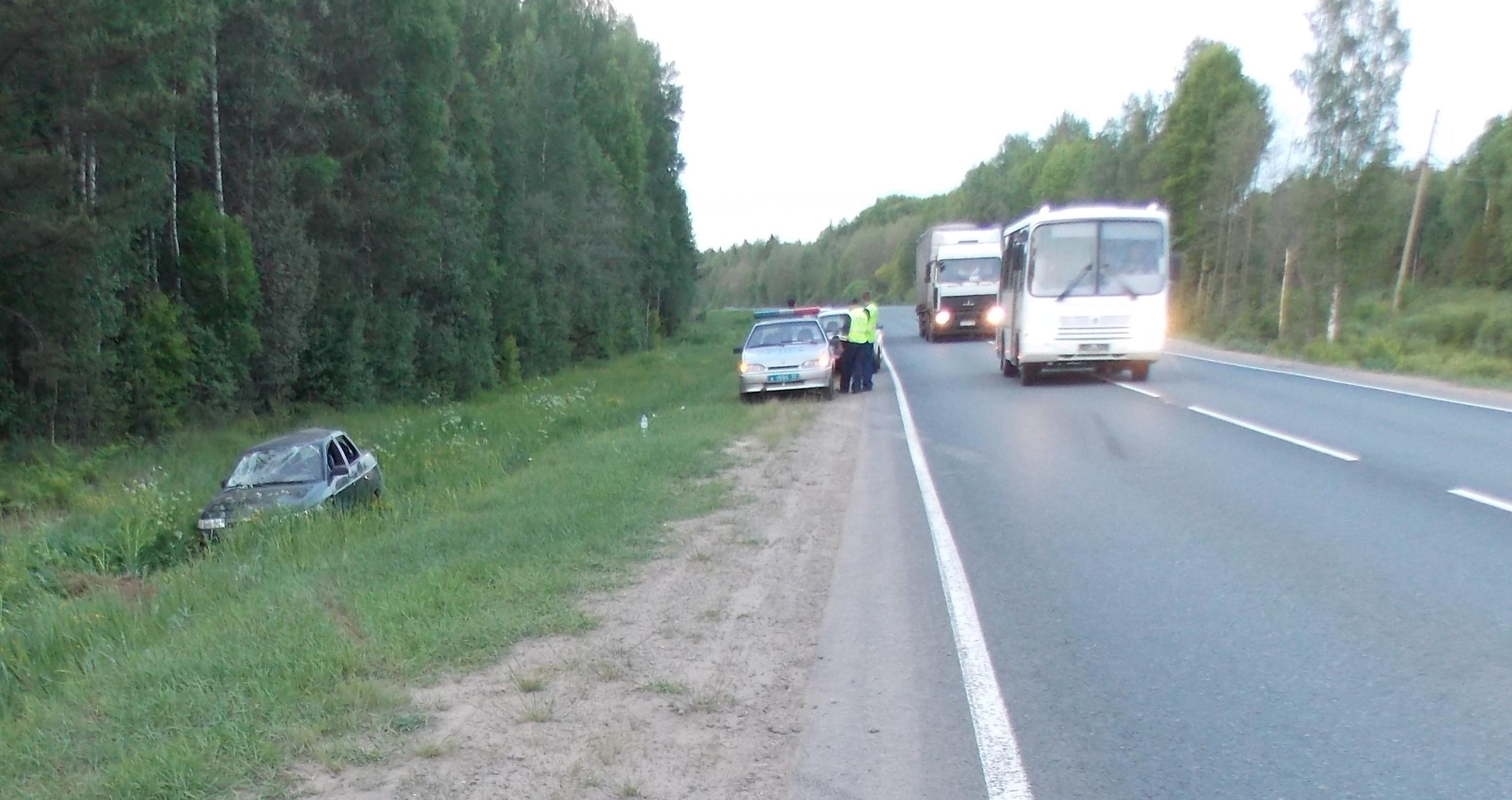 В Чагодощенском районе пьяный водитель «ВАЗа» опрокинул машину в кювет