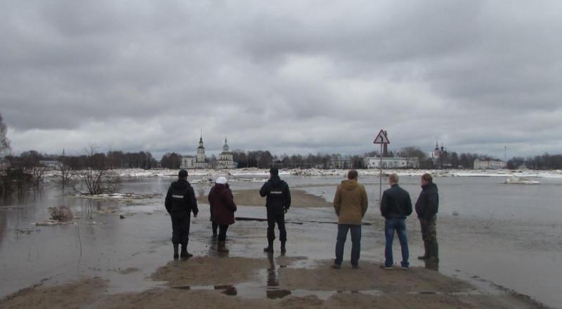 Вологодские полицейские охраняют устюжан от возможного мародерства