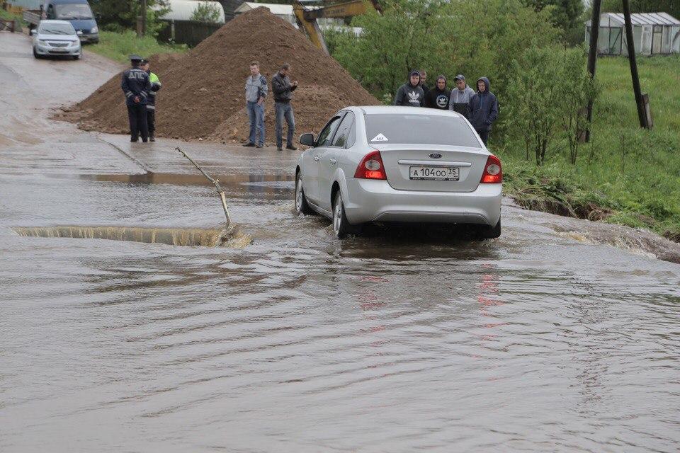 В Грязовецком районе разлившаяся река размыла дорогу на Вохтогу