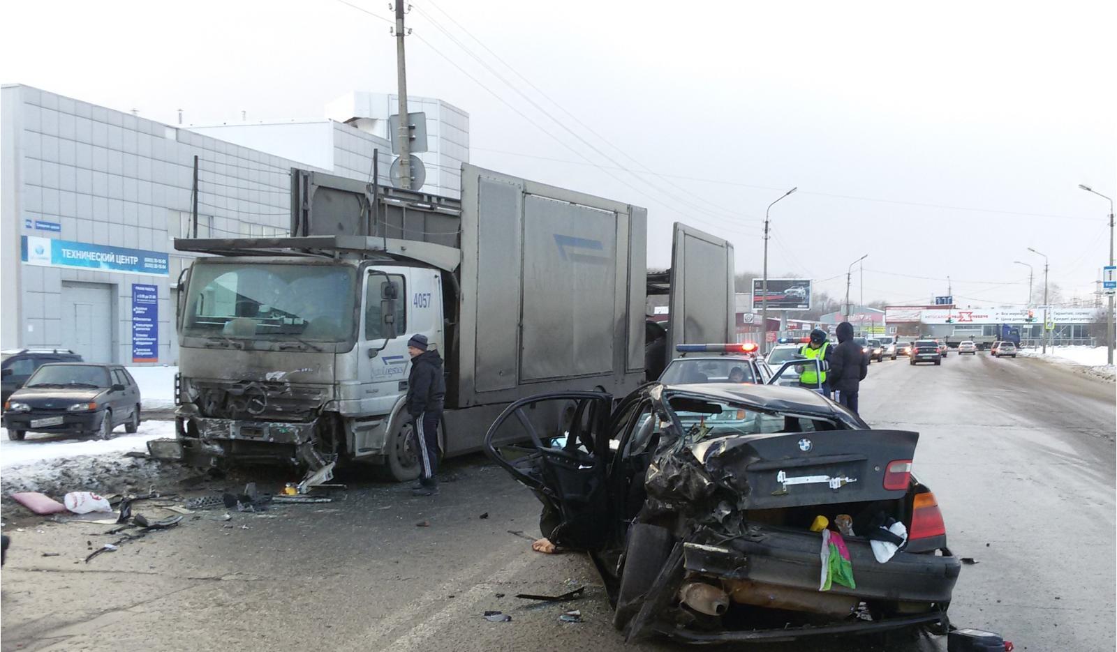 Три человека пострадали вЧереповце в итоге столкновения легкового автомобиля и фургона