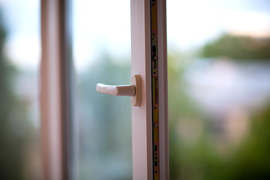 Пятилетний мальчик выпал из окна 5 этажа в Вологде