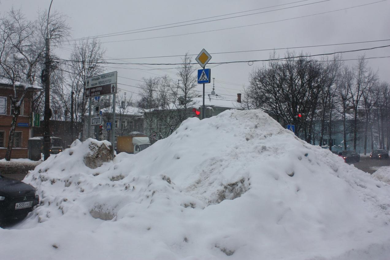 Уборка улиц в Вологде: «Снег убирают, но пока техника объезжает другие улицы, он снова появляется»