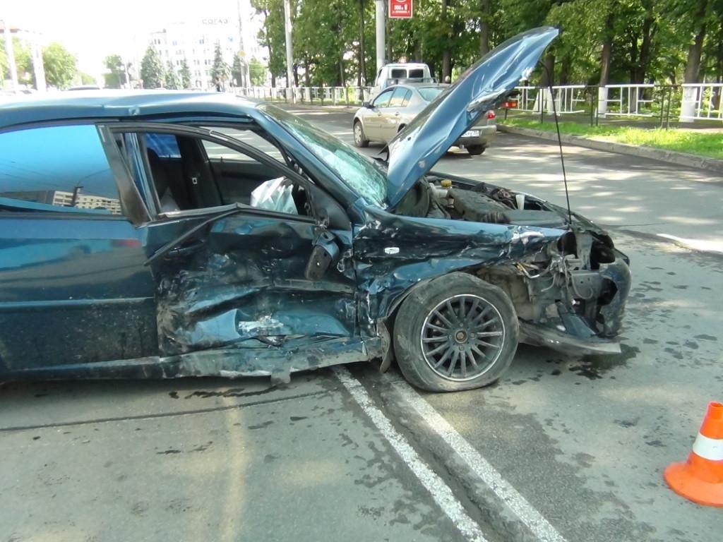 Поворот через двойную сплошную привел к столкновению 4 автомобилей в центре Вологды