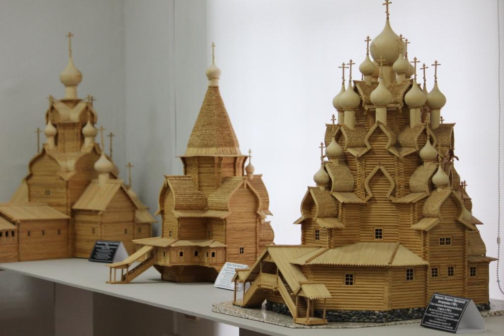 Череповецкий мастер Валентин Поклад подарил музею коллекцию моделей деревянных храмов