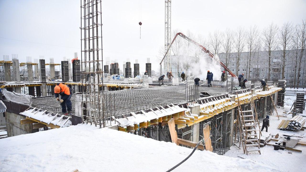 Количество рабочих, занятых на стройке школы на улице Северной в Вологде, увеличили почти в три раза