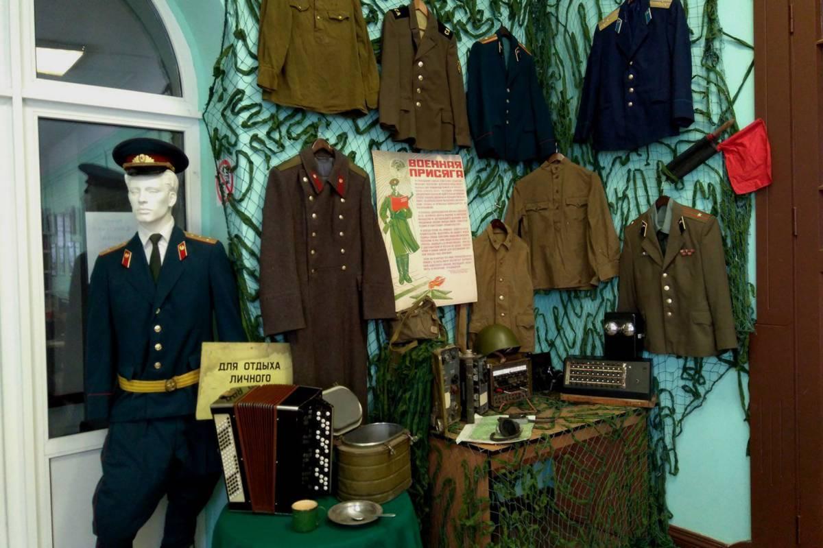 """Выставка """"армейских"""" находок сталкеров открылась в Вологодской областной библиотеке"""