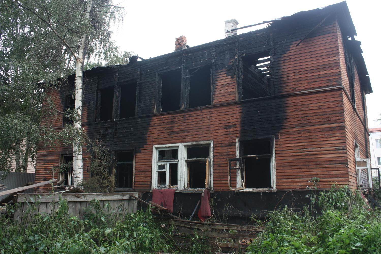 В Вологде второй раз за день подожгли расселенный дом на Козленской