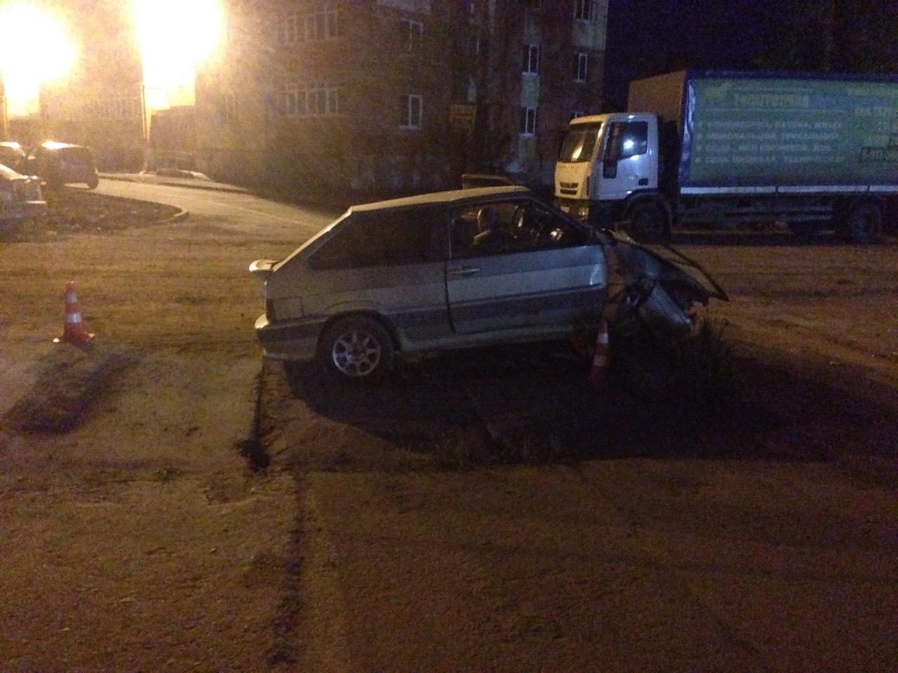 В Вологде водитель ВАЗа не справился с управлением и врезался в бетонный блок