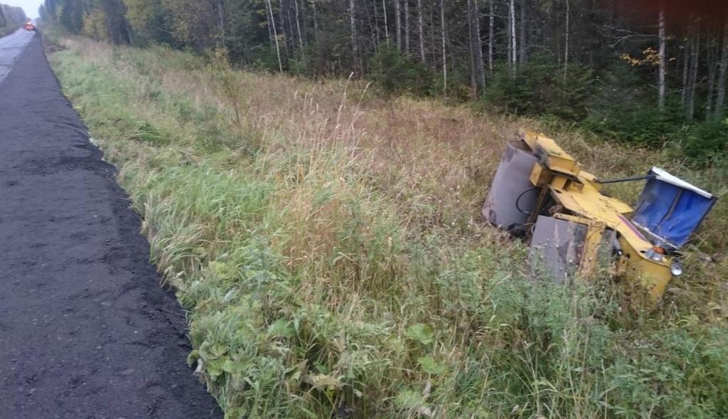 В Нюксенском районе дорожный каток опрокинулся в кювет: водитель погиб