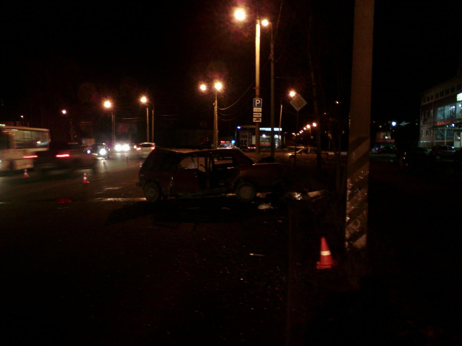В Вологде пьяный водитель ВАЗа врезался в столб