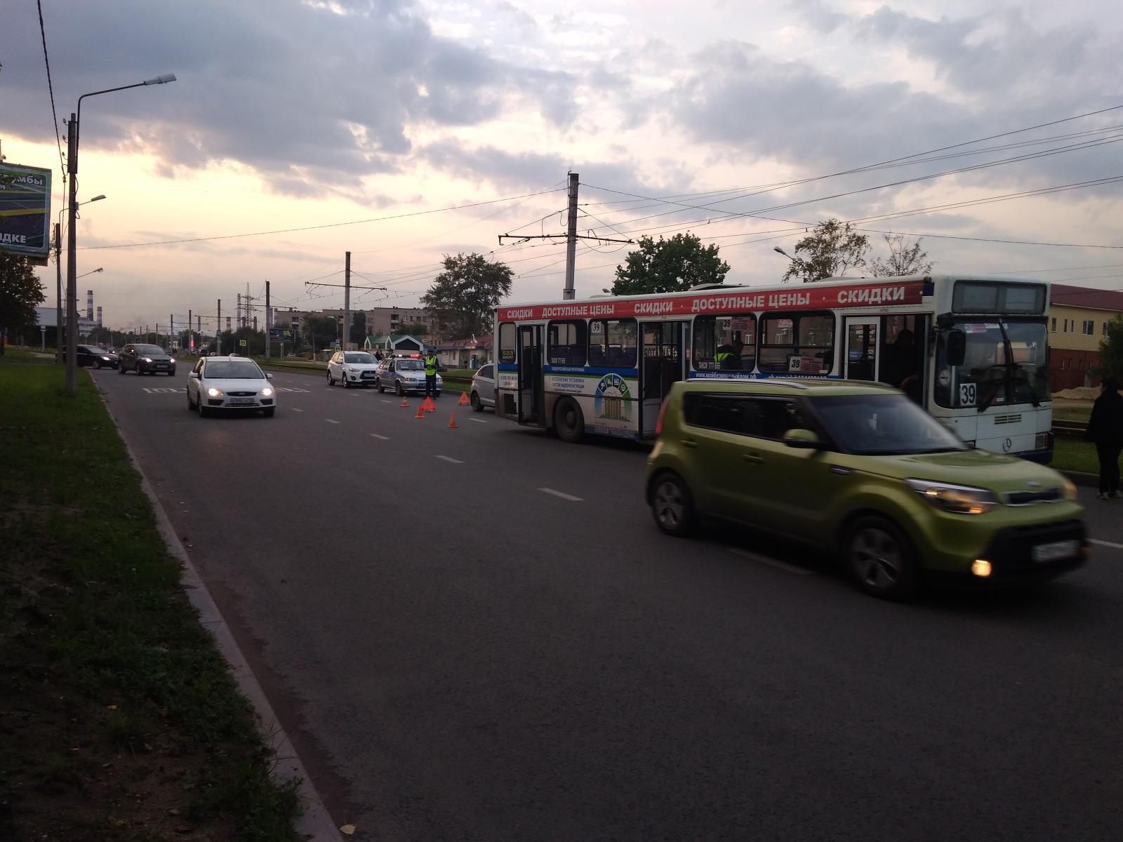В Череповце столкнулись автобус и иномарка