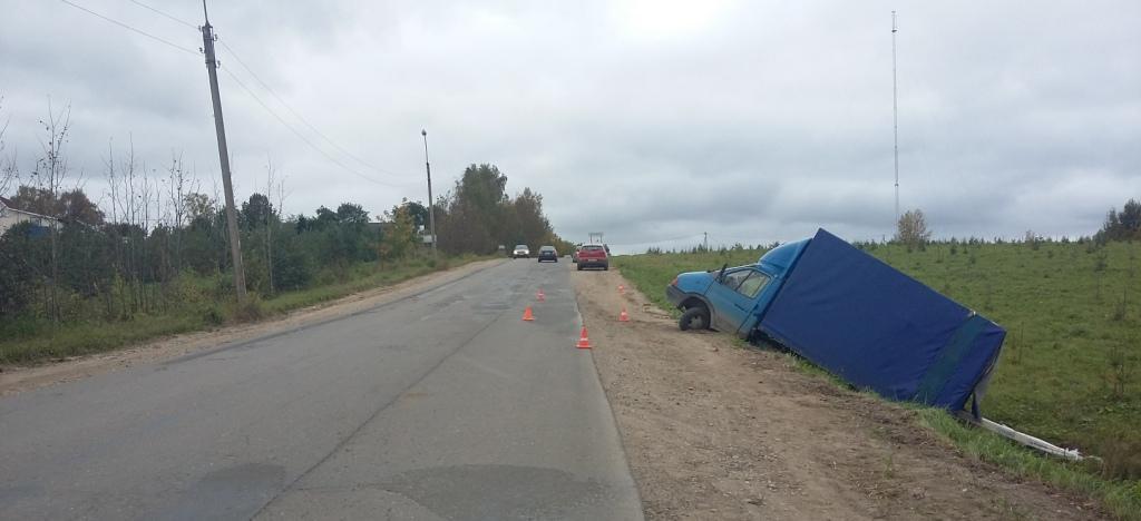 В Шекснинском районе «ГАЗель», припаркованная на склоне, переехала ремонтировавшего ее водителя