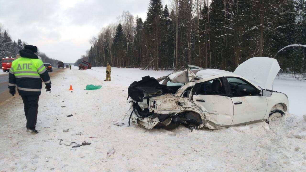 """В Шекснинском районе """"Лада Гранта"""" врезалась в самосвал: водитель легковушки погиб"""