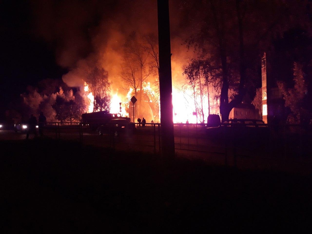 В Вологде подожгли расселенный аварийный дом на улице Прядильщиков