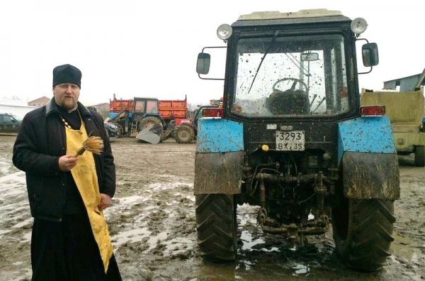 В деревне Вараксино Грязовецкого района перед началом посевной освятили тракторы