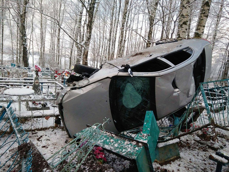 В Устюженском районе иномарка вылетела на кладбище, снеся надгробия