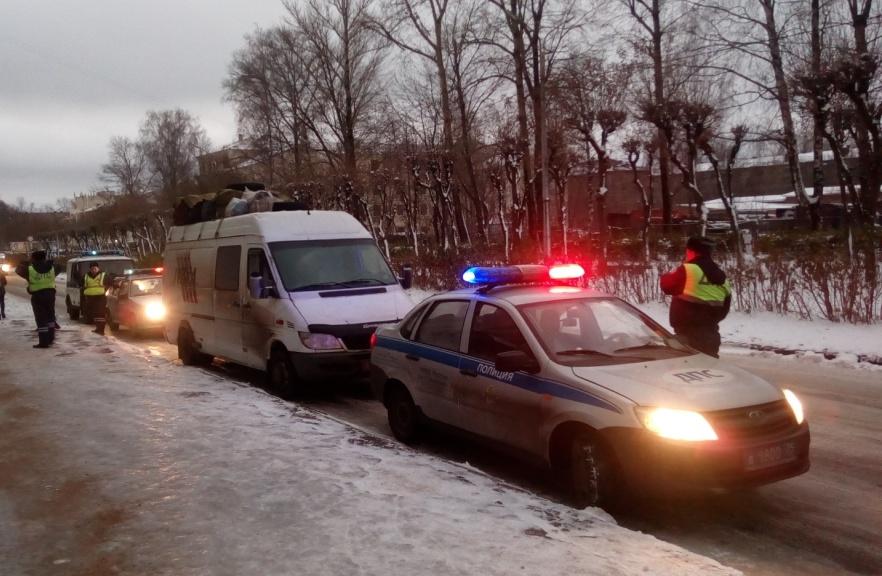 Автобус с мигрантами-нарушителями остановили полицейские на въезде в Череповец