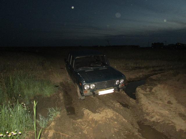 Житель Вологодского района угнал чужой ВАЗ, но забуксовал на нем в грязи и бросил машину в поле