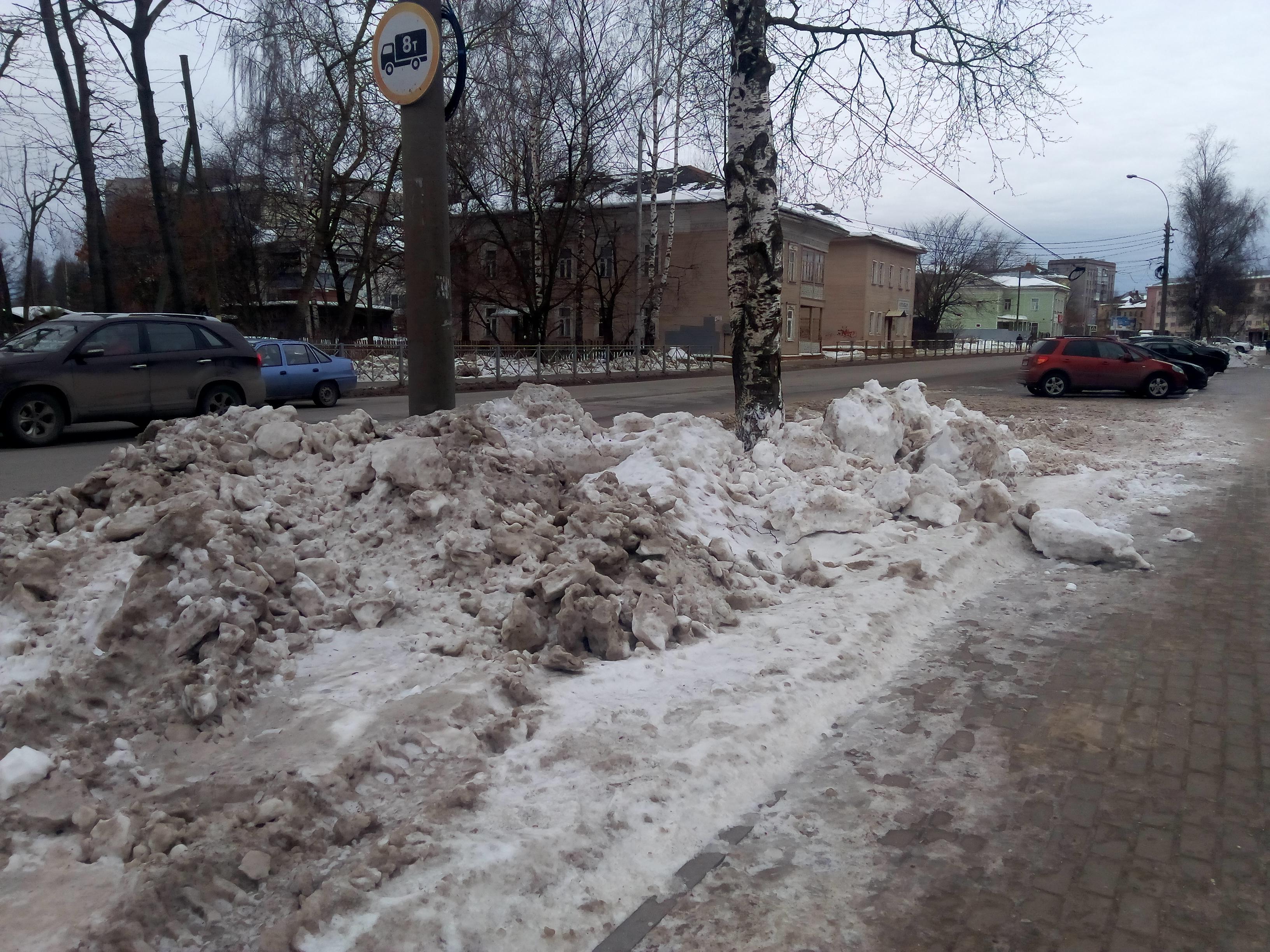 Само не тает: жителям Вологды приходится расчищать дворы от снега трактором за свой счет