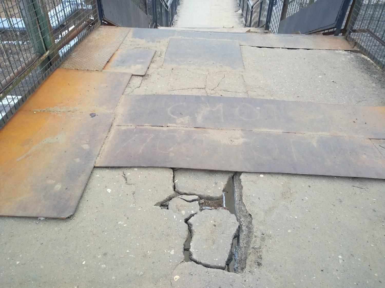 В Вологде разваливается пешеходный мост над железной дорогой