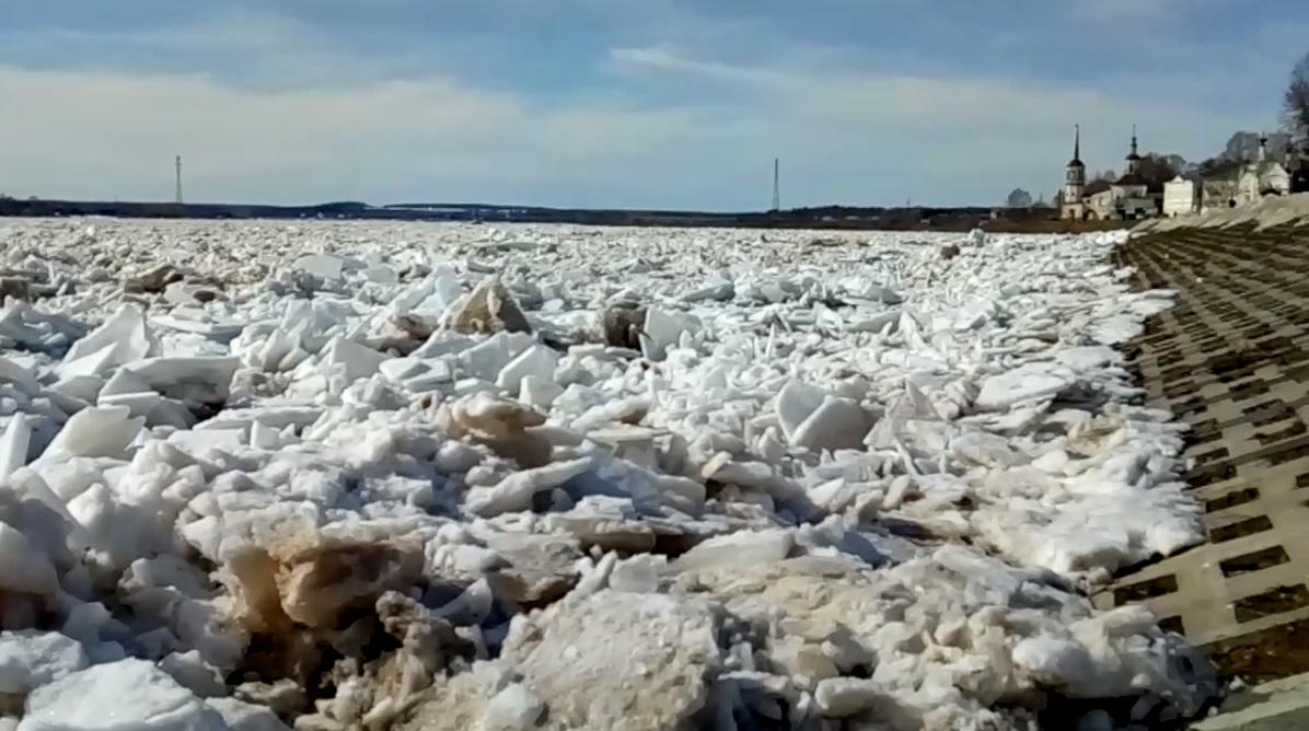 В Великоустюгском районе на реке образовался ледяной затор