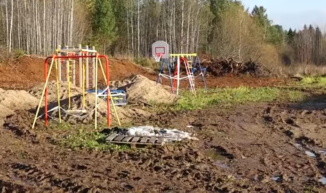 """В Великоустюгском районе детскую площадку установили в грязь в рамках """"Народного бюджета"""""""