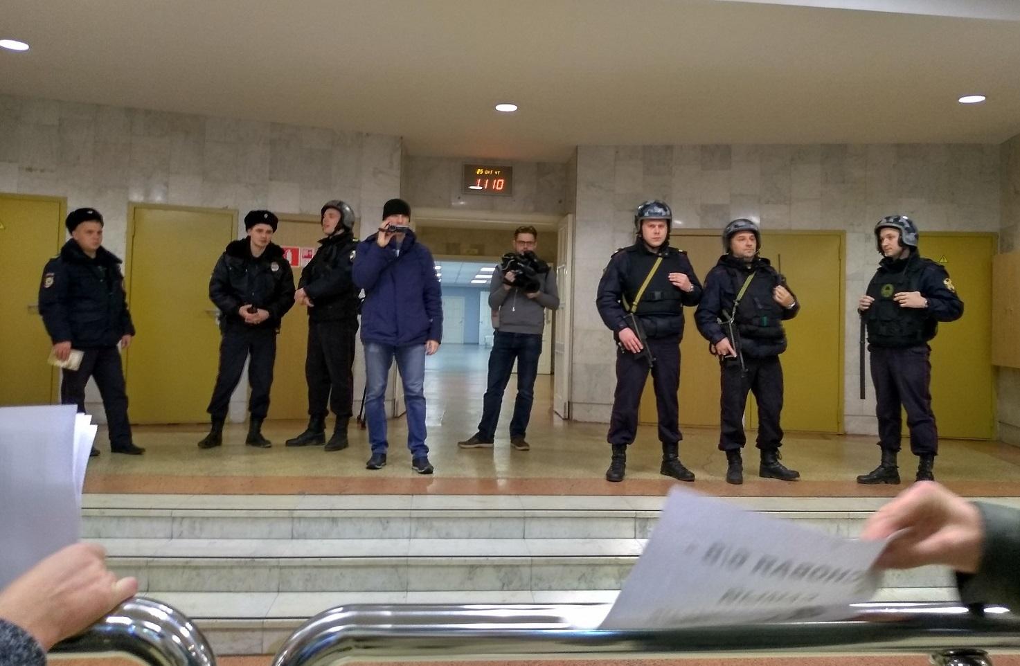 Обманутых дольщиков в правительстве Вологодской области встретили силовики с автоматами